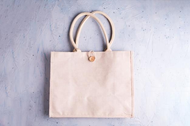 Eco bag riutilizzabile ecologica in cotone riciclabile su grigio. zero sprechi