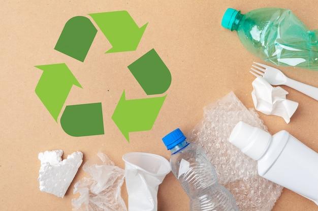Eco con il riciclaggio del simbolo sulla vista del piano d'appoggio