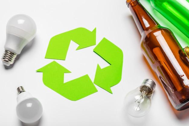 Eco con il riciclaggio del simbolo sulla vista superiore del fondo della tavola