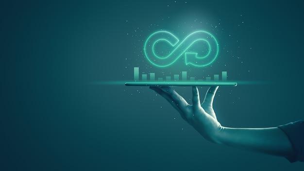 Economia circolare con un concetto infinito. uomo di affari che mostra simbolo di infinito della freccia con luce al neon