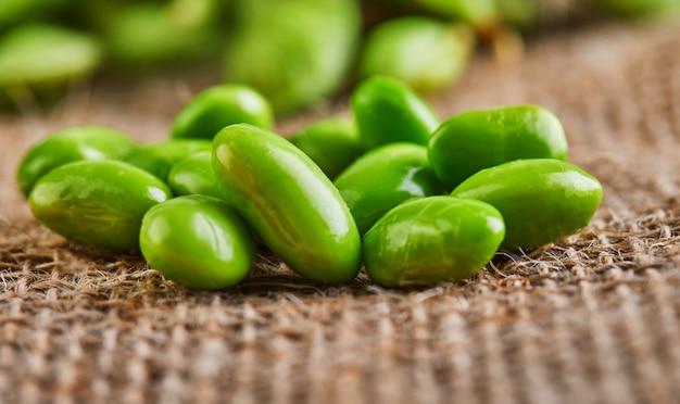 Edamame o semi di soia sono sparsi su un sacco marrone