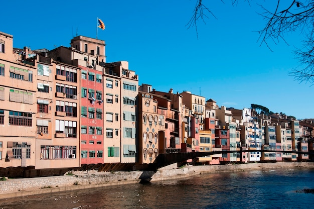 Edifici ad appartamenti di fronte all'acqua