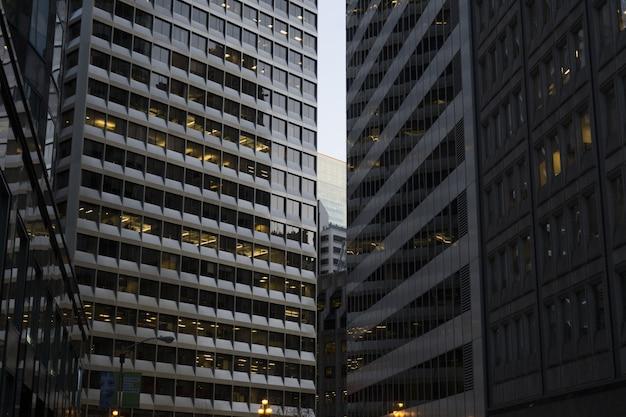 Edifici commerciali della città uno accanto all'altro