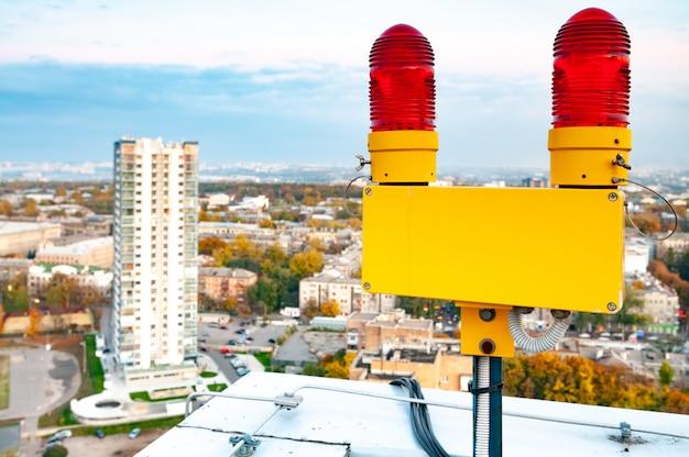 Edifici della città con luci di segnalazione sui tetti e protezione dai fulmini