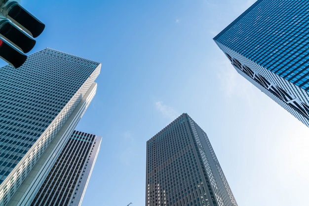 Edifici di alto livello e cielo blu - shinjuku, tokyo