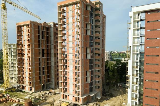 Edifici di appartamenti residenziali e gru a torre