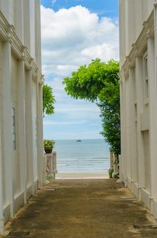 Edifici nella vista sul mare