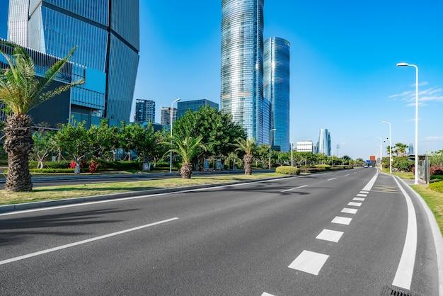 Edifici per uffici moderni e strade urbane nel distretto finanziario di xiamen