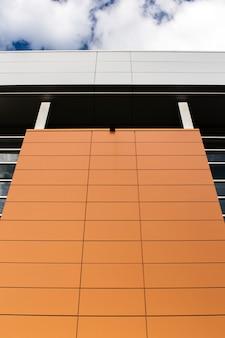Edificio a basso angolo con superficie pulita