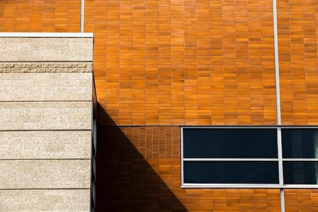 Edificio a primo piano con finestra chiusa