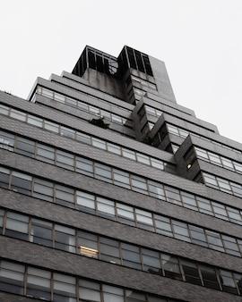 Edificio alto e moderno a basso angolo