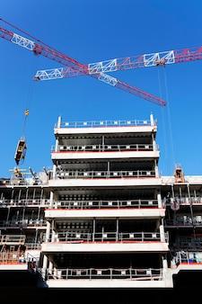 Edificio alto in costruzione con una gru