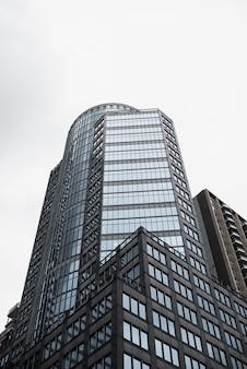 Edificio alto in vetro a basso angolo