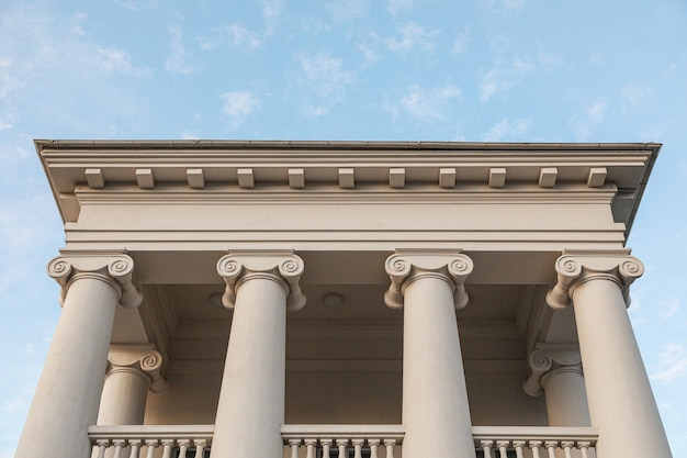 Edificio bianco culturale classico, vista frontale