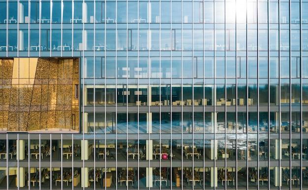 Edificio commerciale di vetro alto in una città urbana