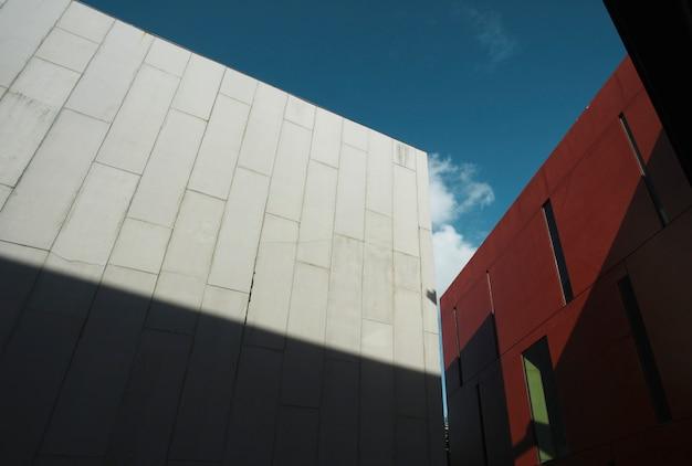 Edificio commerciale moderno e grigio alto