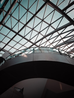 Edificio con pareti in vetro trasparente