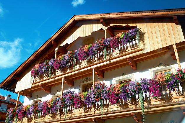 Edificio dell'hotel con fiori colorati sui balconi