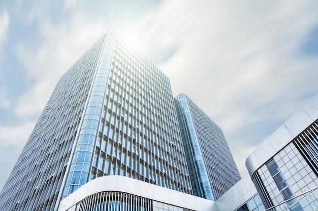 Edificio gigante con il sole sopra