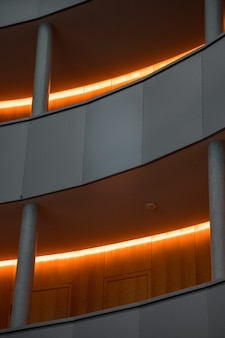 Edificio grigio con luci del corridoio accese
