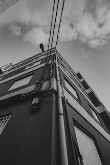 Edificio in bianco e nero