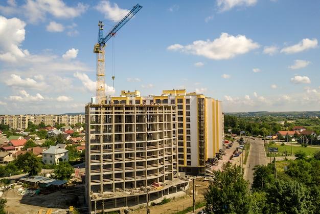 Edificio in cemento alto appartamento o ufficio in costruzione.