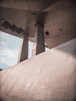 Edificio in cemento con pilastri