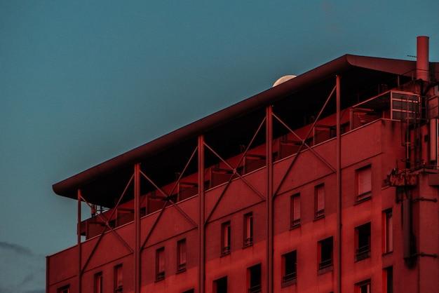 Edificio in cemento durante il tramonto