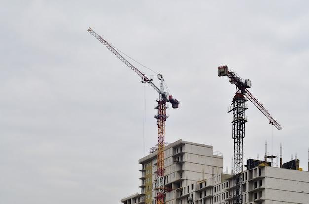 Edificio in costruzione con gru