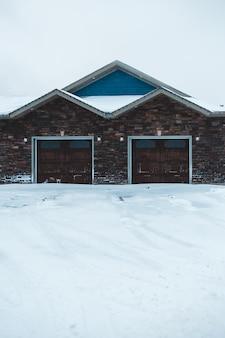 Edificio marrone e blu con garage