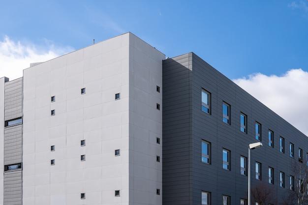 Edificio moderno con facciata di rivestimento metallico