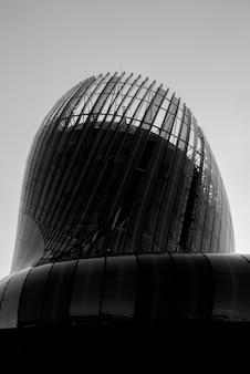 Edificio moderno con pareti in vetro