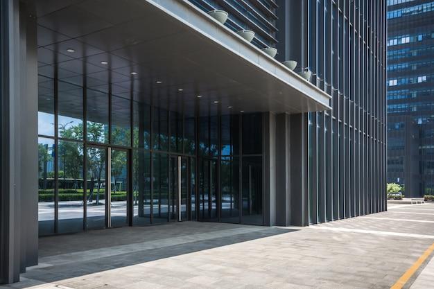 Edificio moderno di affari durante il giorno