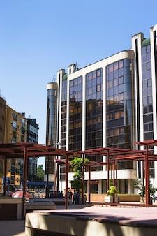 Edificio moderno in città contro il cielo limpido