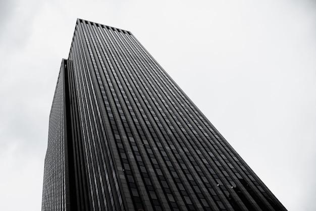 Edificio moderno nella zona urbana a basso angolo