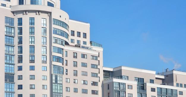 Edificio per uffici a più piani con cielo blu