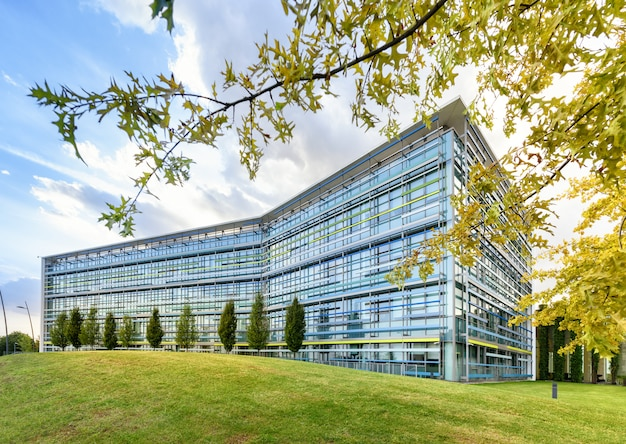 Edificio per uffici fronteggiato vetro moderno in primavera