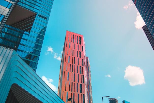 Edificio per uffici moderno contro il cielo.