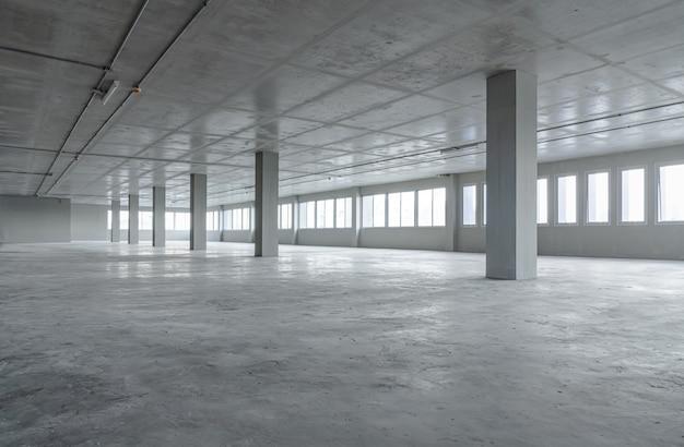 Edificio per uffici vuoto della stanza con la struttura del materiale del cemento