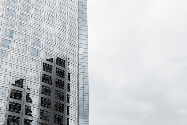 Edificio progettato in vetro di primo piano