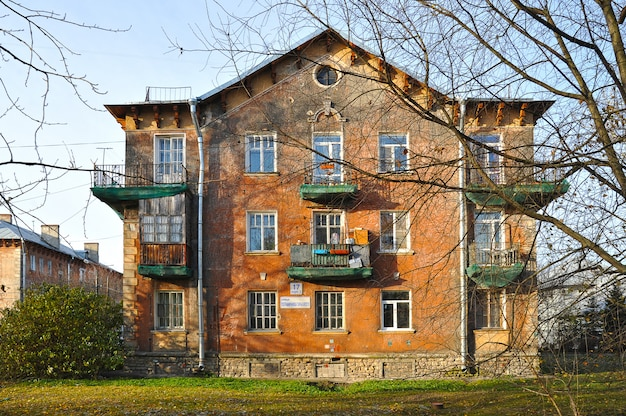 Edificio residenziale degli anni '50 costruito a san pietroburgo