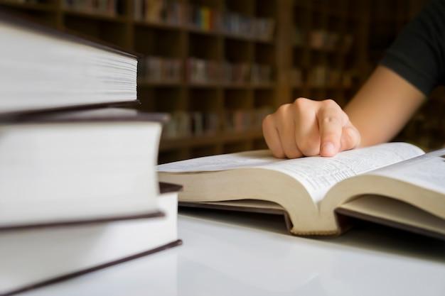 Editor novello che studia la lettura dell'educazione