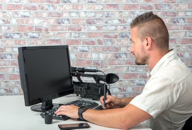 Editor video con computer e videocamera professionale