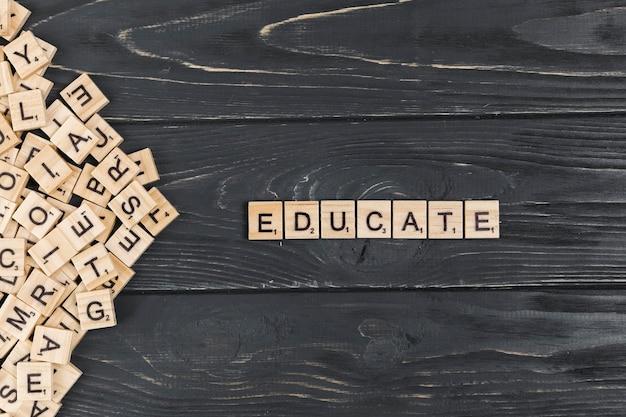Educare la parola su fondo in legno