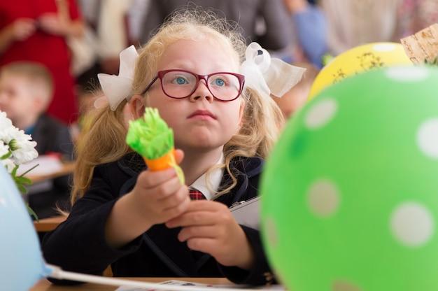 Educazione scolastica russa. prima elementare prima giornata a scuola