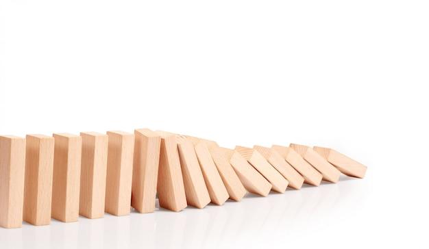 Effetto domino interrotto da un pezzo unico e forte