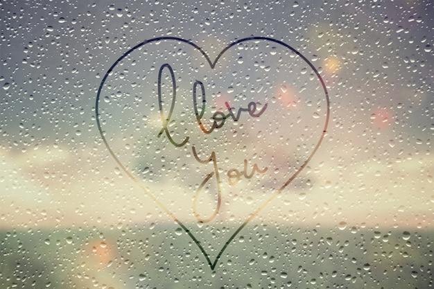 Effetto finestra di pioggia con ti amo testo in un cuore