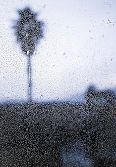 Effetto pioggia su sfondo spiaggia