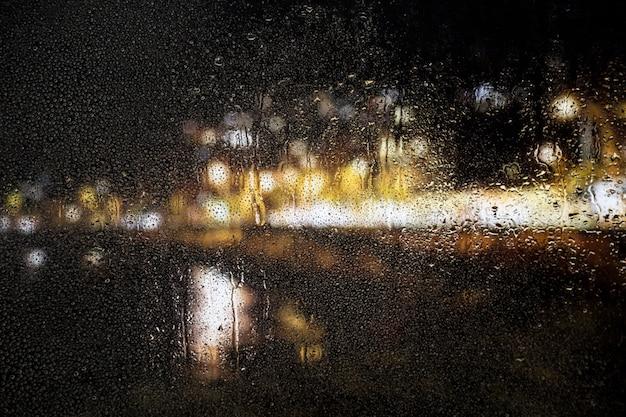 Effetto pioggia sullo sfondo di notte di città