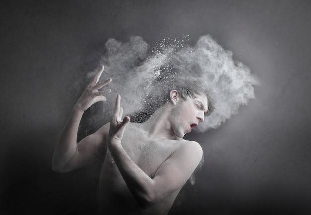 Effetto polvere sul corpo di un uomo
